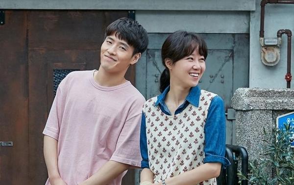 When the Camellia Blooms của đài KBS2 do Gong Hyo Jin, Kang Ha Neul đóng chính đang là một trong những drama có rating ấn tượng nhất thời gian gần đây. Gong Hyo Jin vào vai người mẹ đơn thân Dong Baek, chủ quán bar Camellia. Trong phim, nữ diễn viên nổi tiếng chọn những outfit giản dị, thoải mái nhưng không kém phần trẻ trung.