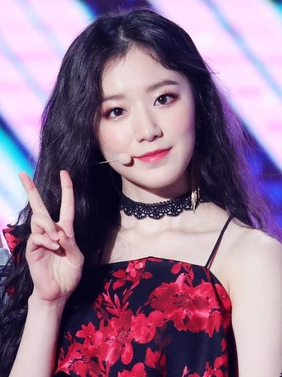 Shu Hua cùng với (G)I-DLE đang ngày càng nổi tiếng sau show Queendom. Shu Hua sinh năm 2000, được bình chọn là một trong những mỹ nhân thế hệ mới của Kpop.