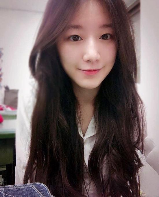 Mới đây, một chủ đề về Shu Hua, em út girlgroup (G)I-DLE thu hút sự chú ý trên diễn đàn Pann Nate. Người dùng mạng Hàn Quốc ấn tượng trước visual của nữ idol Đài Loan. Những bức ảnh quá khứ cho thấy Shu Hua sở hữu vẻ đẹp tự nhiên, không hề qua dao kéo.