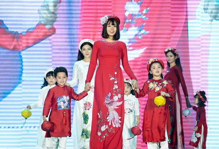 Trong một sự kiện diễn ra tại Hồ Gươm vào dịp cuối tuần qua, Ngọc Hân đã giới thiệu bộ sưu tập áo dài Sắc màu phồn vinh lấy cảm hứng từ hoa cỏ mùa xuân.  Thuỷ Tiên, cô sinh viên năm nhất mắc ung thư vú của Đại học Ngoại thương Hà Nội.