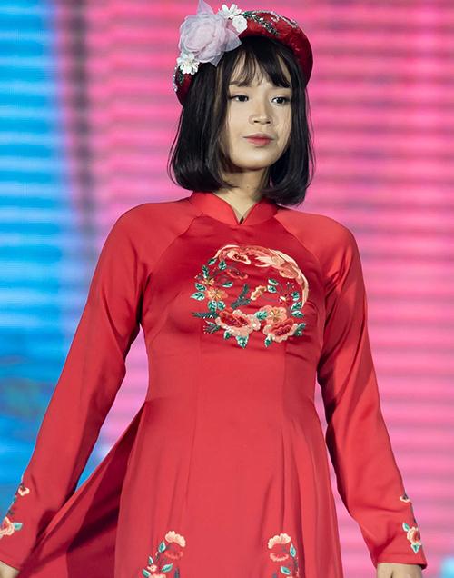 Mặc dù đang bận rộn chuẩn bị cho chung kết cuộc thi Duyên dáng Ngoại thương nhưng Thuỷ Tiên vẫn nhận lời diễn thời trang cho Hoa hậu Việt Nam 2010.