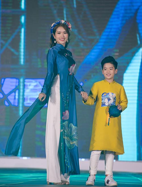 Người đẹp Thuỳ Dương -bà xã diễn viên Minh Tiệp - nhận lời catwalk vì mối quan hệ thân thiết với Ngọc Hân.
