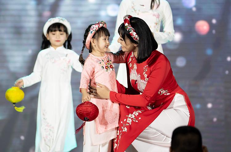 Hoa hậu Ngọc Hân không chỉ là đàn chịthân thiết với Hồng Quế mà còn nhận làm mẹ đỡ đầu cho bé Cherry. Cô yêu thương, quan tâm đến cô bé như chính con gái của mình. Mỗi lần thiết kế bộ sưu tập áo dài mới, Ngọc Hân luôn dành riêng cho Cherry trang phục đặc biệt.