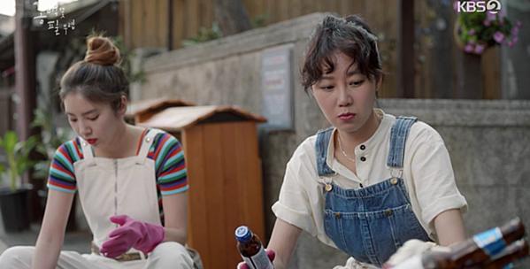 Những set đồ gồm sơmi vàyếm bò giúp Gong Hyo Jin không bị dừ khi hóa thân vào nhân vật.