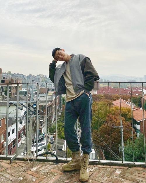 Park Seo Joon khoe style cá tính, có chút hầm hố với kiểu đầu đinh men-lỳ.
