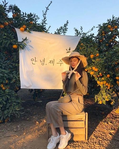 Seo Hyun lên đồ tông xuyệt tông tạo dáng ngọt ngào giữa vườn quýt ở đảo Jeju.