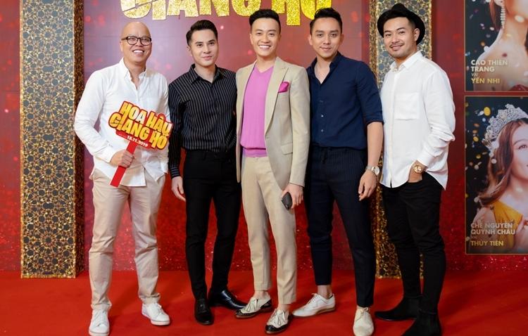Đạo diễn Vũ Ngọc Đãng (ngoài cùng bên trái) và bạn bè chúc mừng Lương Mạnh Hải.
