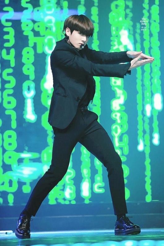 Jung Kook từng được các stylist bình chọn là nam idol có cổ chân đẹp nhất Kpop.