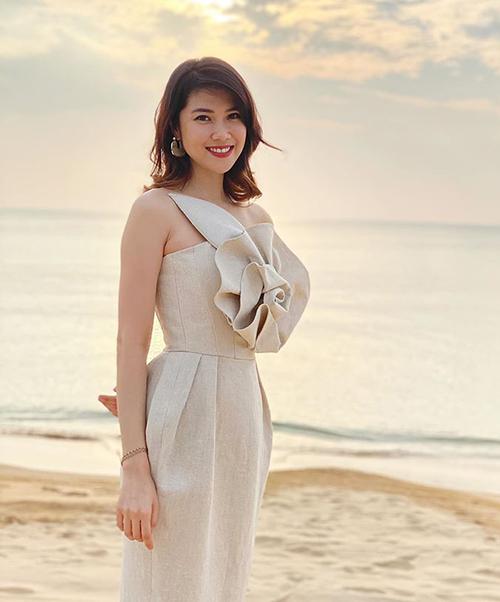 Siêu mẫu Thu Hằng diện thiết kế linen của NTK Đỗ Mạnh Cường với chi tiết hoa hồng to bản nhấn nhá trên ngực, mang đến vẻ yêu kiều cho người mặc.