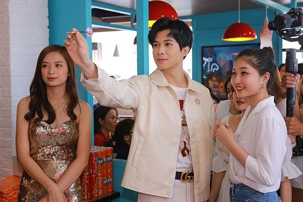 Nam nghệ sĩ đa năng không chỉ hát,giao lưu cùng MC và khách tham dự mà còntham gia các trò chơitrong buổi khai trương.