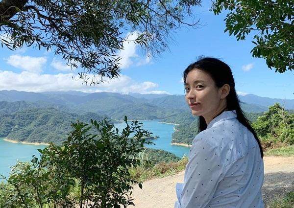Han Hyo Joo có vẻ đẹp bình dị, không cần trang điểm cũng gây ấn tượng nhờ nụ cười ngọt ngào.