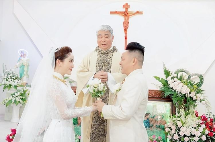 Cặp đôi làm lễ.