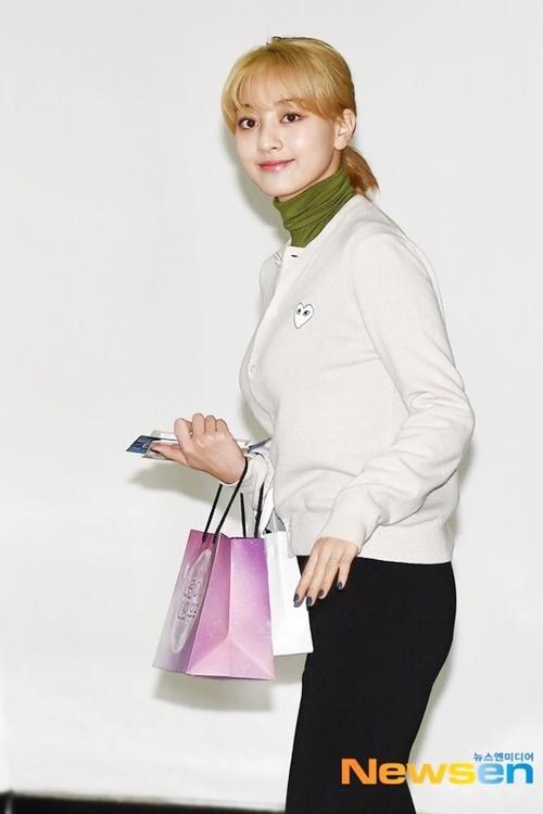 Ji Hyo rất hợp với mái tóc vàng.