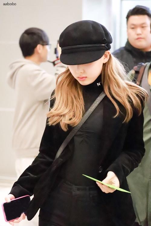 Na Yeon xuất hiện với mái tóc màu sáng hơn. Người hâm mộ dự đoán nữ thần tượng đổi hình tượng, chuẩn bị cho những sự kiện lớn cuối năm.