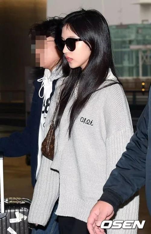 Mina xuất hiện cùng các thành viên. Cô nàng có tinh thần tốt, không hề lo lắng khi ra sân bay như trước.