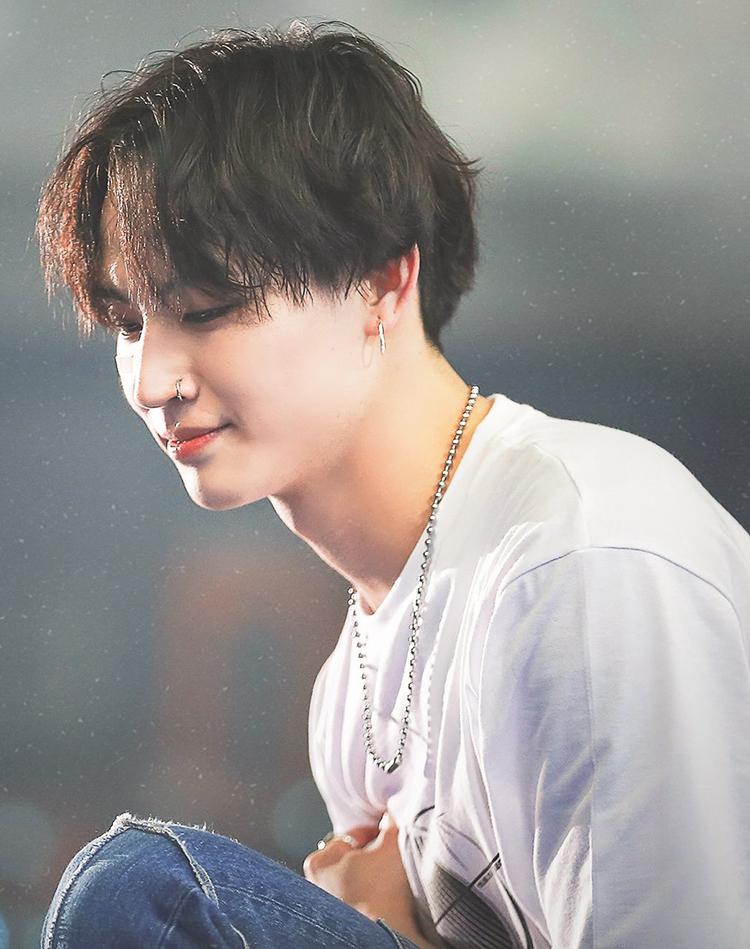 JB (GOT7) với khoảnh khắc thần thánh được fans chụp lại, nhan sắc của anh chàng thăng hạng khi để tóc mái dài uốn nhẹ, rẽ ngôi theo tỉ lệ 5:5.