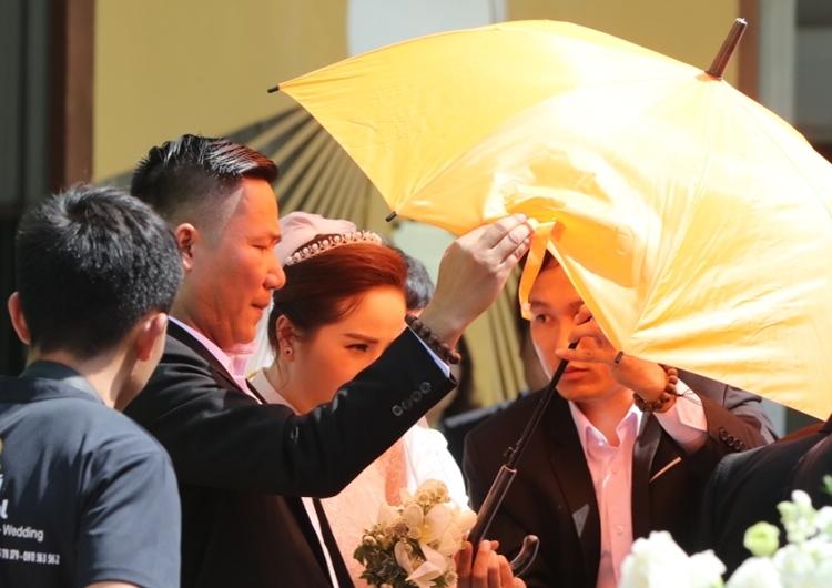 Cô dâurời khỏi nhà thờ sau khi làm lễ.