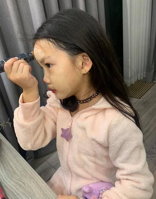 Con gái Ốc Thanh Vân tự tán kem nền.