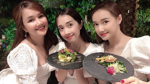 Ba chị em Nhã Phương diện đồ trắng tông xuyệt tông khi rủ nhau đi ăn.