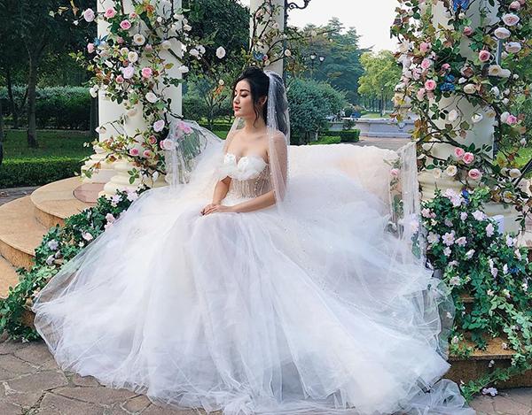 Huyền My gây tò mò khi diện váy cưới, khoe chuẩn bị lấy chồng.