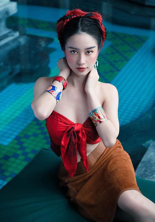 Jun Vũ mặc áo trễ nải khoe vòng một sexy.