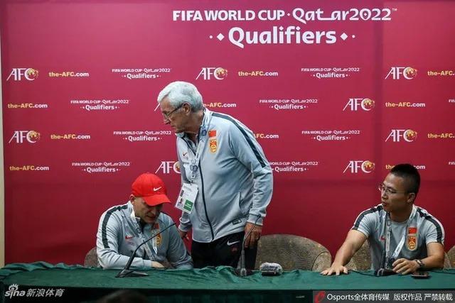 Ông rời họp báo khi phiên dịch viên (mũ đỏ) chưa dịch hết phát biểu của ông. Ảnh: Sina.