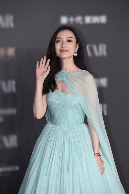 Nghê Ni mặc bộ đầm màu xanh bạc hà trẻ trung.