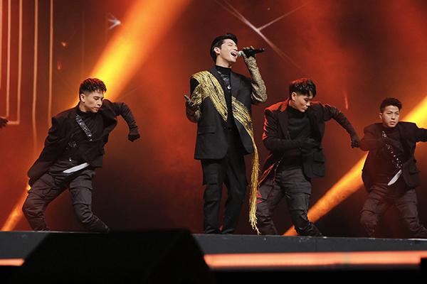 Nam ca sĩ lần đầu biểu diễn live ca khúc I'm Still Loving You phát hành cách đây ít ngày. MV ca khúc đang đạt hơn 3 triệu view trên YouTube.