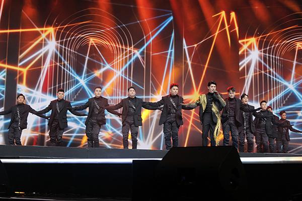 Noo mang dàn vũ công 20 người từ Việt Nam sang Hàn từ sáng 15/11. Họ đã tập luyện nhiều tuần qua cho sự xuất hiện này trên một sân khấu hoành tráng.