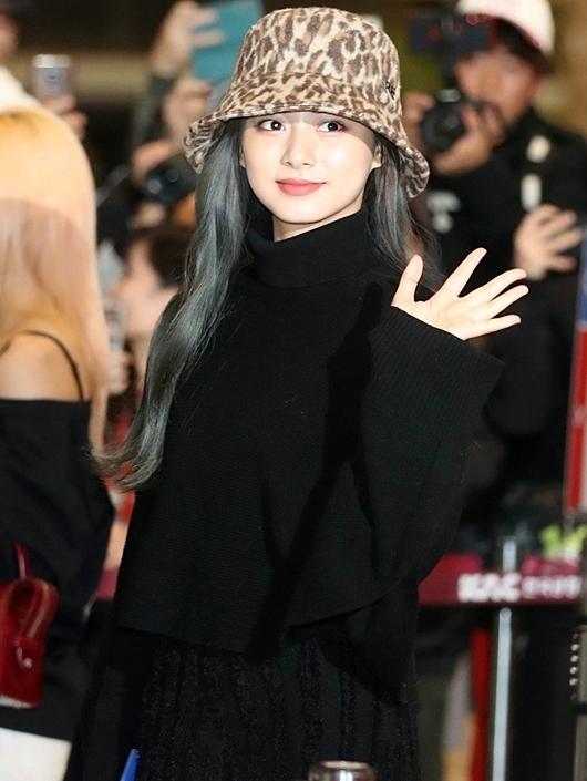 Ngày 15/11, Tzuyu cùng các thành viên Twice có mặt tại sân bay Gimpo để lên đường sang Nhật Bản tổ chức concert. Nữ idol Đài Loan mặc bộ cánh đen cả cây mix cùng mũ họa tiết da báo. Nhiều fan cho rằng Tzuyu trông già dặn so với tuổi 20 khi lựa chọn phong cách này.
