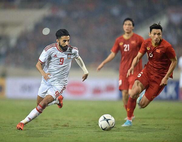 Tuyển thủ UAE (áo trắng) thua Việt Nam tối 14/11, trên sân Mỹ Đình. Ảnh: The National.