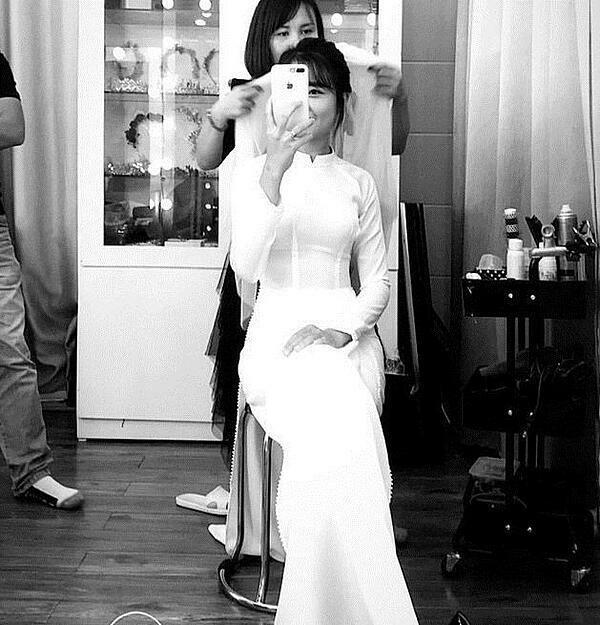 Bạn gái Văn Đức thướt tha trong bộ áo dài trắng.