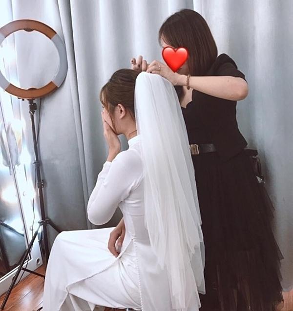 Chiếc khăn voan trắng trùm đầy khiến Nhật Linh ghi điểm trong lòng Văn Đức.