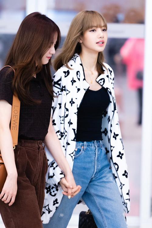 Lisa (Black Pink) và Trình Tiêu (WJSN) cùng diện chung mẫu áo khoác của Vandy cùng lên hot search weibo. Lisa phối item với jeans rách và áo thun ôm, vừa chất chơi nhưng vẫn nữ tính.