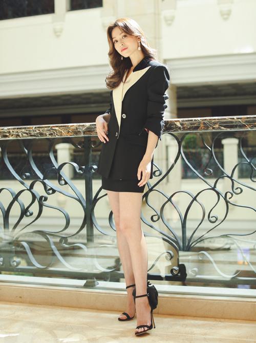 Diễn viên, người mẫu Văn Vịnh San cùng diện chung các item của Gucci, tuy nhiên cô nàng lại nữ tính, thanh thoát hơn với giày gót mảnh
