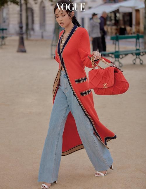 Xuất hiện trên tạp chí Vogue Korea, Jennie (Black Pink) khoe khí chất sang chảnh khi diện mẫu cardigan dáng dài đến từ nhà mốt Chanel kết hợp cùng quần jeans suông và túi xách cùng tông đỏ.