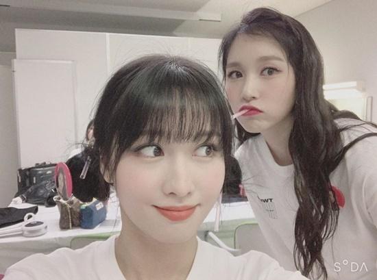 Momo đăng hình chụp đáng yêu cùng Mina trong hậu trường concert.