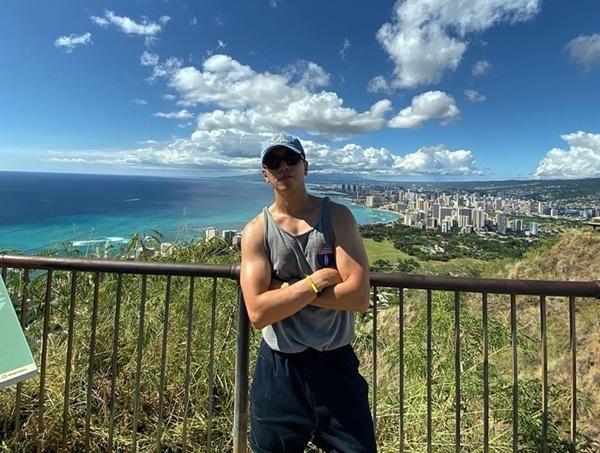 Jung Yong Hwa khoe bắp tay và thân hình săn chắc trong kỳ nghỉ ở Hawaii.