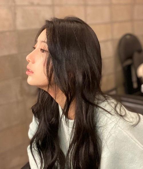 Suzy khoe góc nghiêng với làn môi cong quyến rũ.