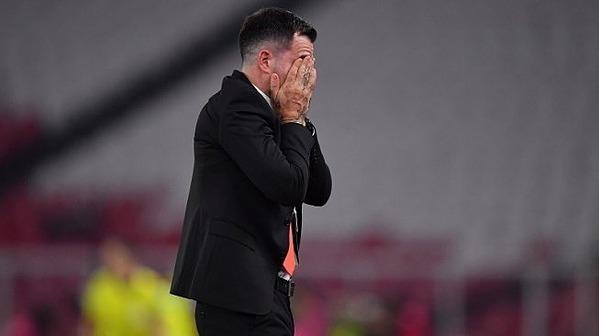 HLV người Scotland ôm mặt sau khi tuyển nhà thất bại.