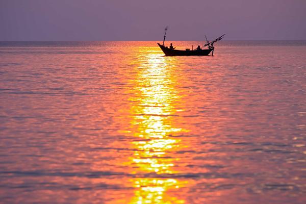 Câu mực và ngắm chợ đêm  Vào buổi tối, bạn có thể trải nhiệm thú vui đi câu mực. Thuyền ra khơi cách bờ khoảng 30 phút, ngư dân dừng động cơ và bật đèn sáng treo trên mặt nước để thu hút mực. Sau khi ngư dân bắt được một vài con mực, họ sẽ chế biến ngay trên thuyền và thưởng thức bữa tối giữa biển trời mênh mông.