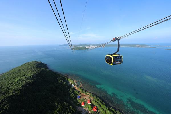 Ngắm đảo ngọc từ trên cao với cáp treo dài nhất thế giới  Theo CNN, thật khó có thể bỏ qua cảm giác đi cáp treo Hòn Thơm ngắm toàn cảnh Nam đảo Phú Quốc từ trên cao.