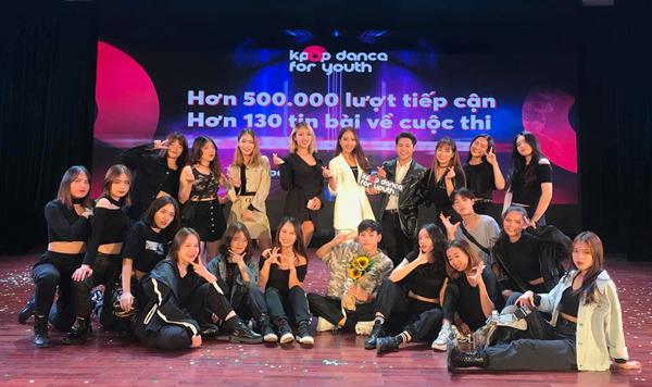 Grooza Team (ĐH Văn hóa) chụp ảnh cùng ban giám khảo tại vòng Biểu diễn Kpop Dance For Youth.