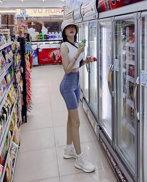 Elly Trần đi mua nước không quên chụp hình khoe dáng chuẩn.