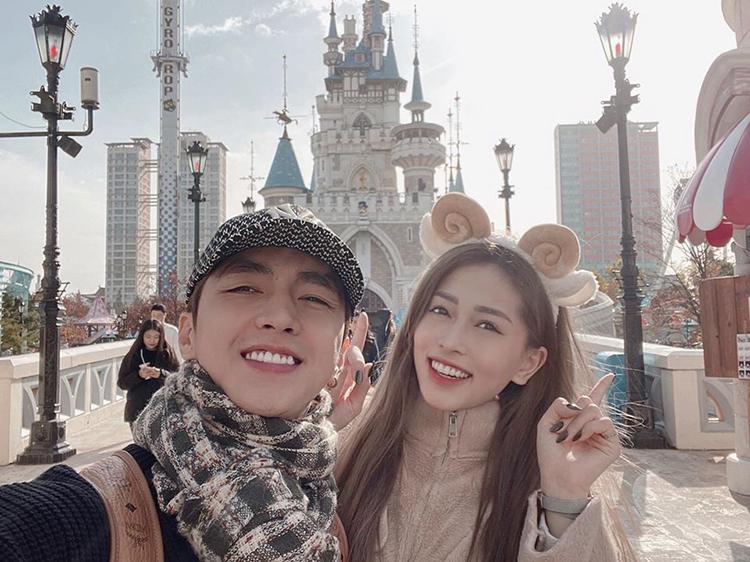 Bình An - Phương Nga rủ nhau đến công viên Lotte World chơi trong chuyến du lịch Hàn Quốc.
