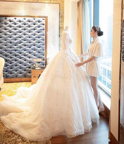 Bảo Thy bần thần đứng ngắm chiếc váy cưới lộng lẫy được cô diện vào lễ thành hôn hôm 16/11.
