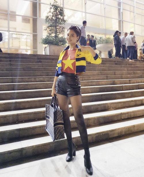 Tinh thần máu lửa với bóng đá được Vũ Thu Phương thể hiện bằng cách mặc áo cờ đỏ sao vàng ra sân Mỹ Đình ủng hộ đội tuyển Việt Nam.