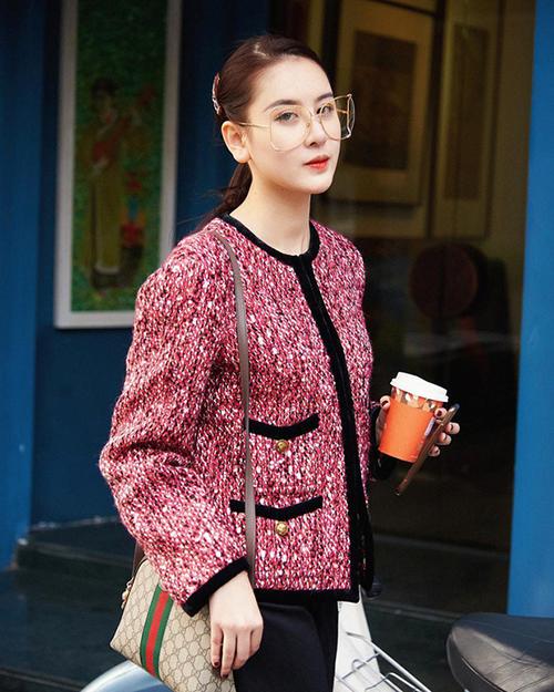 Khởi nguồn là chất vải len dạ xù giữ ấm cho trang phục của công nhân lao động, qua bàn tay của huyền thoại Coco Chanel, vải tweed trở thành biểu tượng của nữ quyền, của sự quý tộc cao sang