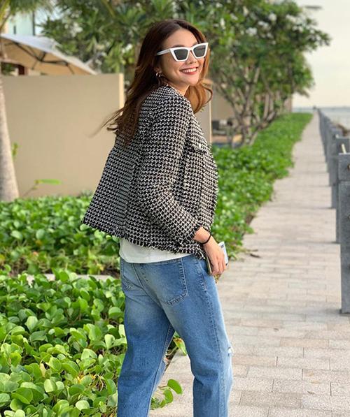 Áo khoác vải tweed được Thanh Hằng yêu thích nhiều năm nay và tiếp tục ưu ái trong mùa lạnh năm nay.