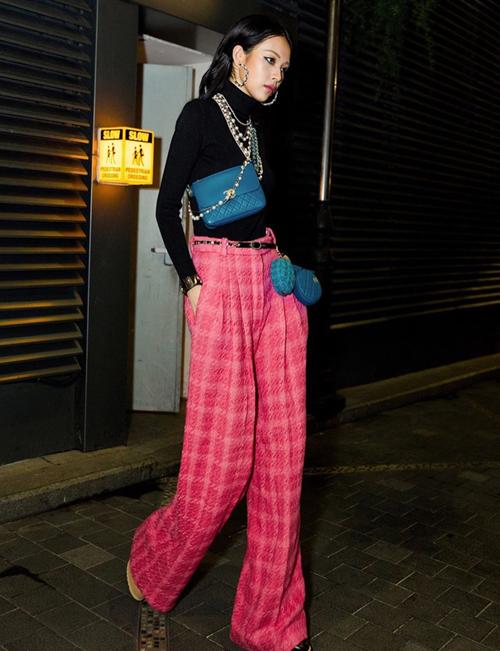 Cá tính thời trang riêng biệt của Phí Phương Anh được thể hiện trong việc cô nàng không diện áo khoác vải tweed, thay vào đó là chiếc quần suông rộng độc đáo.